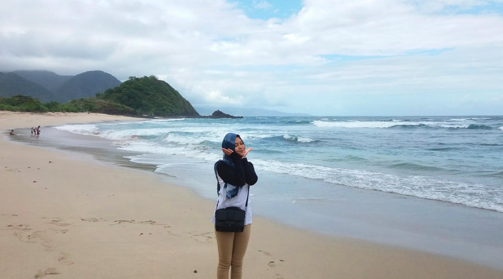 cewek hijab manis di wisata pantai Wena Bima Makassar