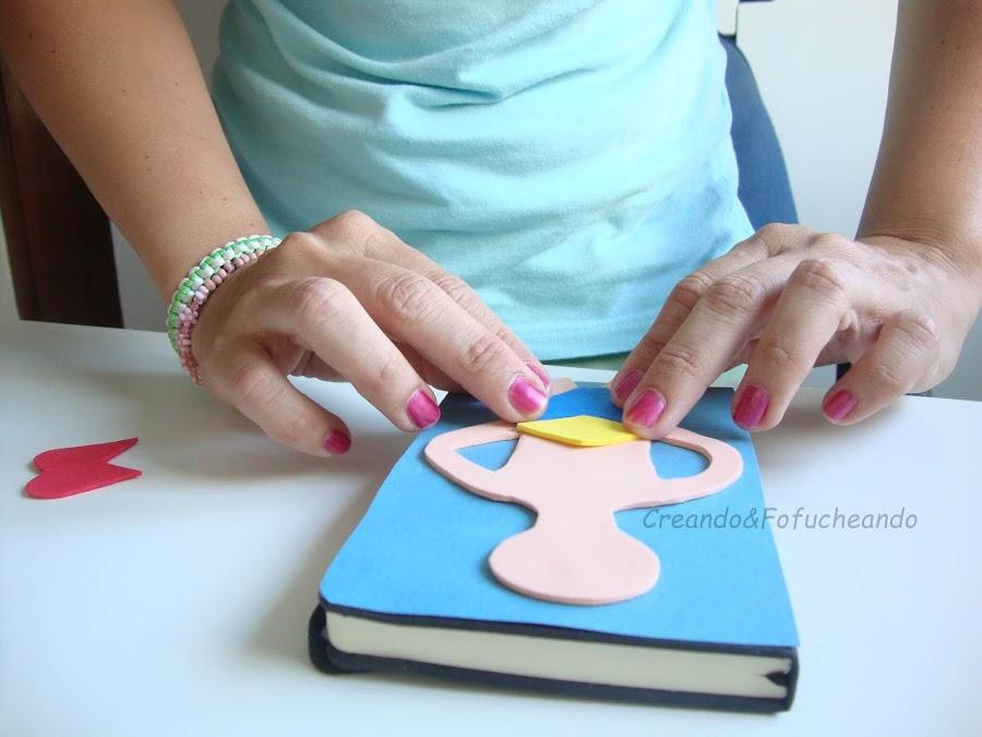 preparando-piezas-libreta-decorada-con-fofucha-wonder-woman