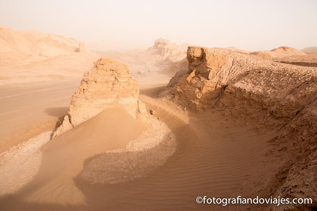 Kaluts en el desierto Lut o Dasht-e Lut en Iran
