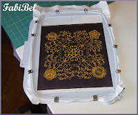 Matelasser un quilt de grande dimension avec une machine à coudre.