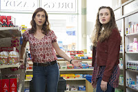 Kate Walsh and Katherine Langford in 13 Reasons Why (4)