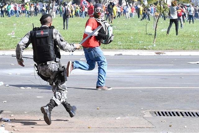 Baderneiros entram em confronto com a polícia durante protesto contra Temer em Brasília