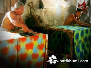 Proses pengecapan batik dengan alat cap