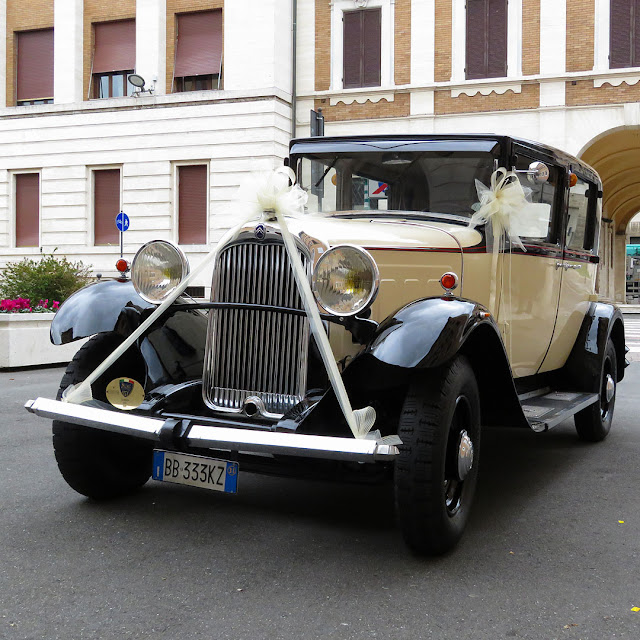 Classic car for a wedding, Piazza del Municipio, Livorno
