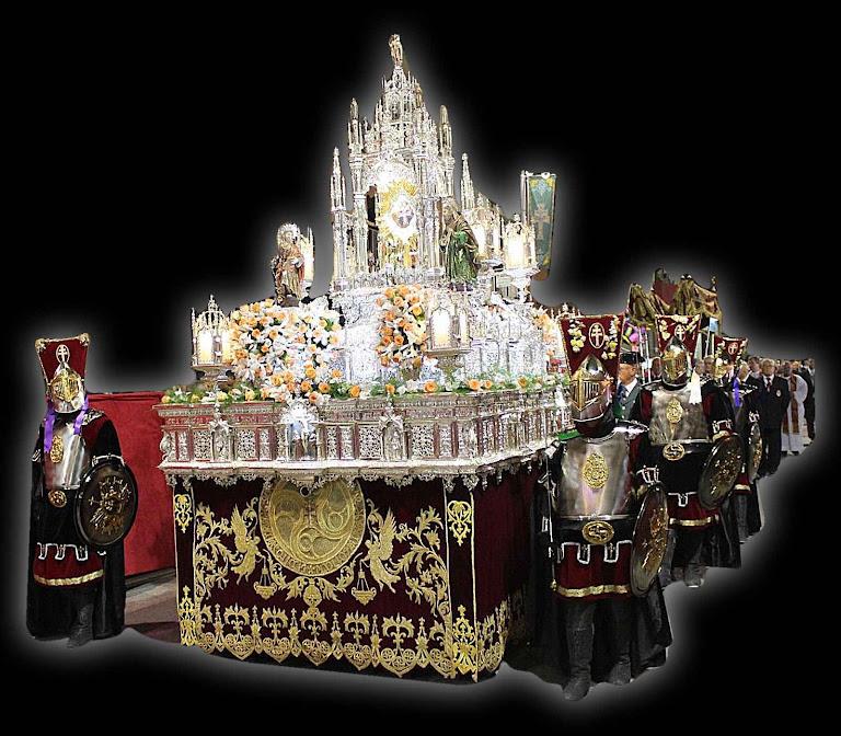 Caravaca de la Cruz: andor da relíquia da Santa Cruz em procissão escoltada por cavaleiros cristãos