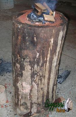Iniciando o pilão com a madeira de Jacarandá. Estou fazendo um fogo no topo da madeira. O fogo vai afundando e vai formando o pilão. Estou fazendo do jeito que faziam meus avós e bisavós. Ele é demorado mas vai formando o cocho na madeira.