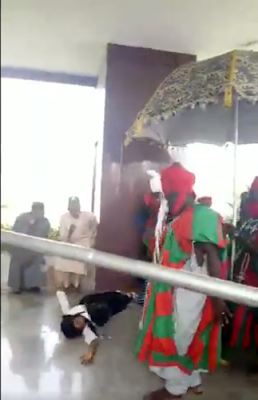 Lady Slumped On Seeing The Emir Of Kano, Mahammadu Sunusi II