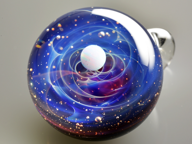 09-Satoshi-Tomizu-とみず-さとし-Galaxies-Sculpted-in-Space-Glass-Globes-www-designstack-co