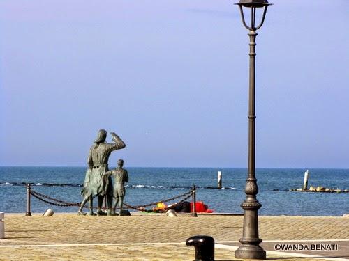 Cesenatico : gruppo scultoreo sulla spiaggia