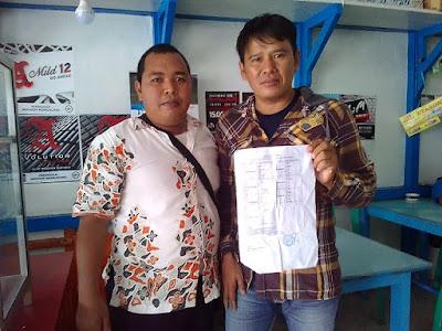 Foto Longcam & Mus Saat Penyerahan SK Anggota Siskamling   Desa Sungai Ringin, Kec. Sekadau Hilir, Kab. Sekadau