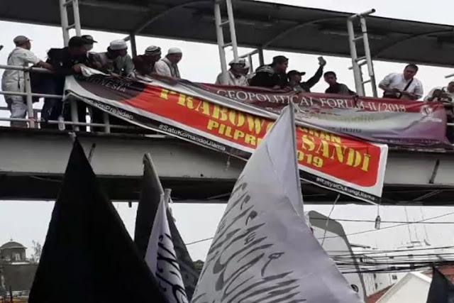 """Spanduk """"Siap Menangkan Prabowo-Sandi Pilpres 2019"""" Dicopot Massa Aksi 211"""