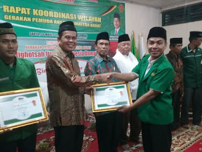 Mantan Wako Pariaman Mukhlis Rahman Terima Reward Bintang Sembilan Awarrd II