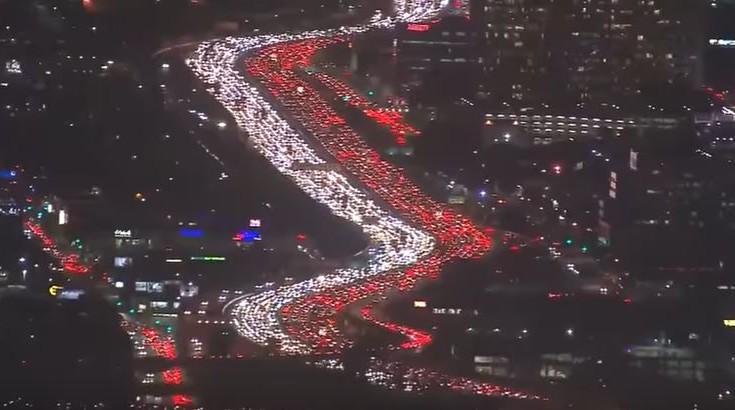 Απίστευτο μποτιλιάρισμα σε δρόμο του Λος Άντζελες για το Thanksgiving. Δείτε το βίντεο