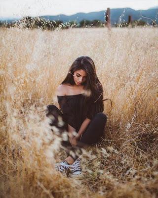 pose sentada en la hierba