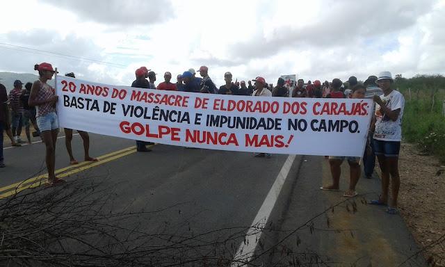 Olho D'Água do Casado: Movimento dos trabalhadores sem Terra (MST), ocuparam na manhã desta sexta - feira (15), a AL - 220 para realizar reivindicações