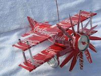 Manualidades con material reciclado - Avión con latas de Coca Cola