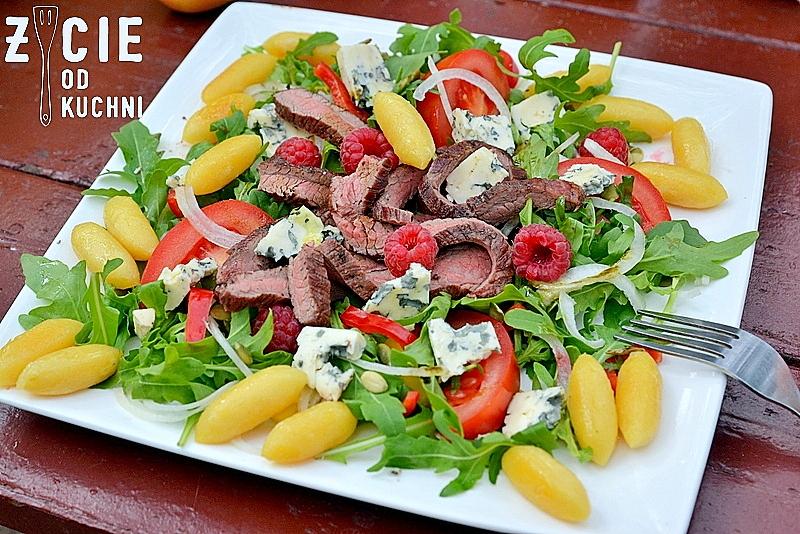 salatka ze stekiem, stek, stek bavette, maliny,