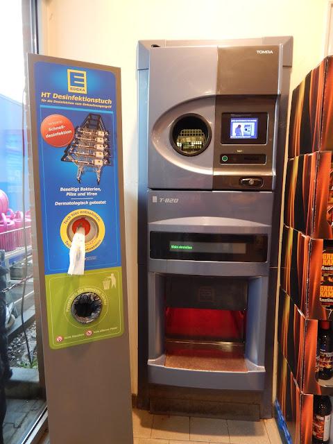 Máquinas para reciclar latas e garrafas nos supermercados em Berlim