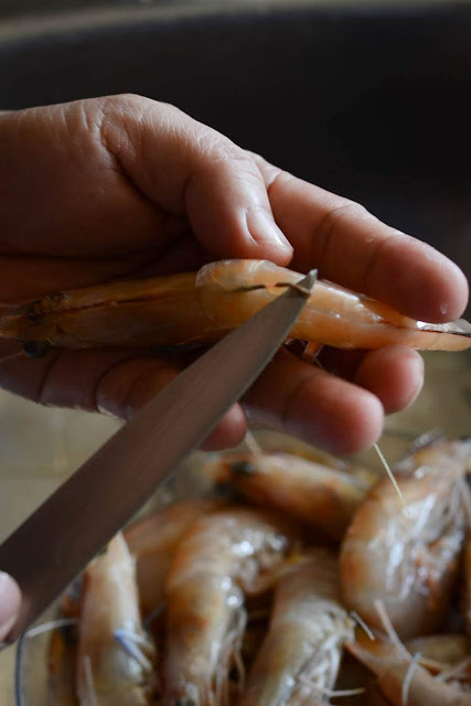 removing prawns guts