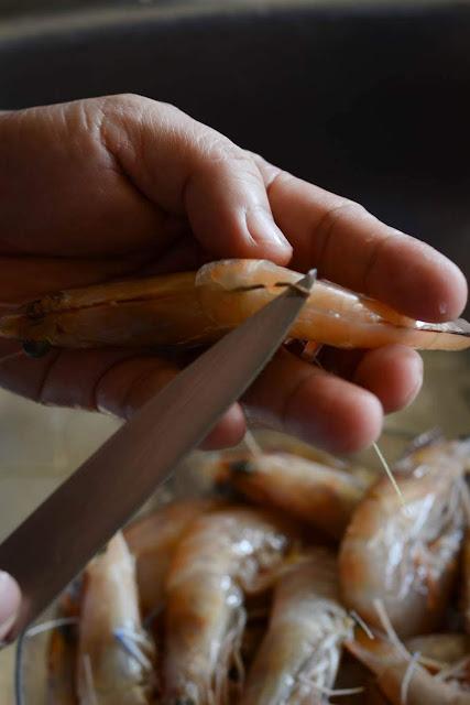 removing prawns guts