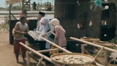 Gambar 24 Seorang Buruh Memberitahukan Berita Tentang Fikri di Koran