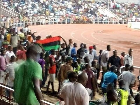 Drama as police man battles fan for openly displaying Biafran flag during football match in Enugu [PHOTOS]