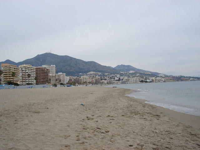 Plaża w Fuengiroli i widok na góry