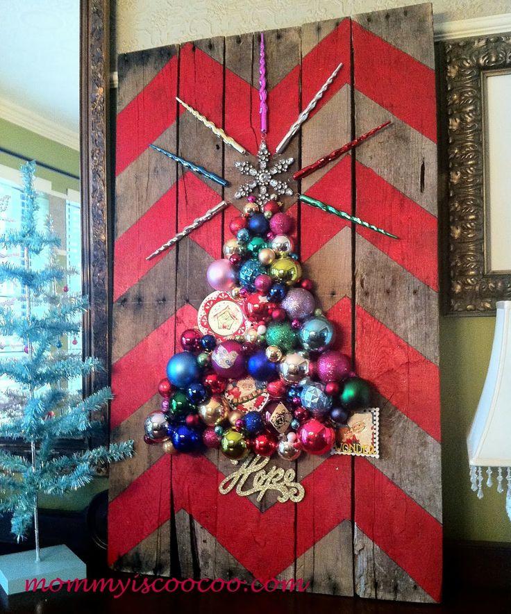 Árvores de natal criativa de parede feita com pintura em pallet e colagem de enfeites