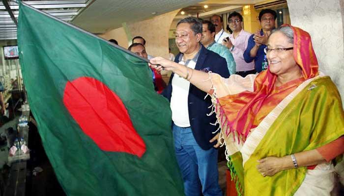 মিরপুর শের ই বাংলা জাতীয় ক্রিকেট স্টেডিয়ামে বাংলাদেশের পতাকা উড়াচ্ছেন প্রধানমন্ত্রী শেখ হাসিনা
