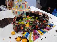 Pastel-piñata-de-lekue-roto-y-con-la-sorpresa-a-la-vista