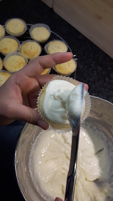 Kind backt Kokos Cupcakes