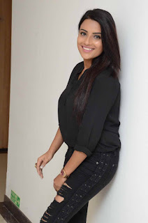 Actress Jyothi Sethi Stills in Black Ripped Jeans at Nannu Vadili Neevu Polevule Audio Launch  0007