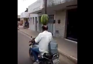 Inusitado: Homem anda de moto com melancia na cabeça pelas ruas de Nova Floresta