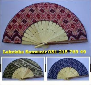 souvenir nikah kipas batik