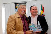 O jornalista Maurício Aragão recebe o troféu das mãos do vice-prefeito Sandro Dias
