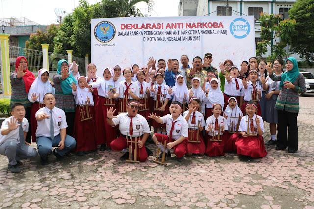 (Ignatius Siagian/taslabnews.com)  Walikota Tanjungbalai H M Syahrial bersama dengan seluruh unsur Forkopimda dan pelajar berphoto bersama usai acara Peringatan HANI Tahun 2018.