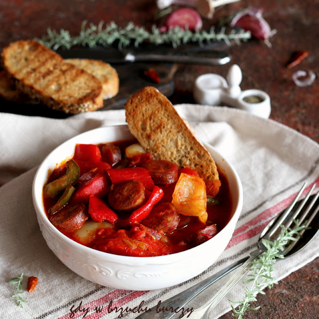 Jednogarnkowa potrawa, przygotowana z papryki, pomidorów i cebuli smażonych na smalcu z dodatkiem papryki w proszku