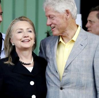 Foto de Bill Clinton y Hillary Clinton con canas