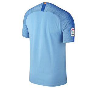 El camisetas de futbol baratas tailandia Nike Atlético Madrid 18-19 está  basado en la nueva plantilla de la Copa del Mundo Vapor Aeroswift 2018 de  Nike ed062fea07758