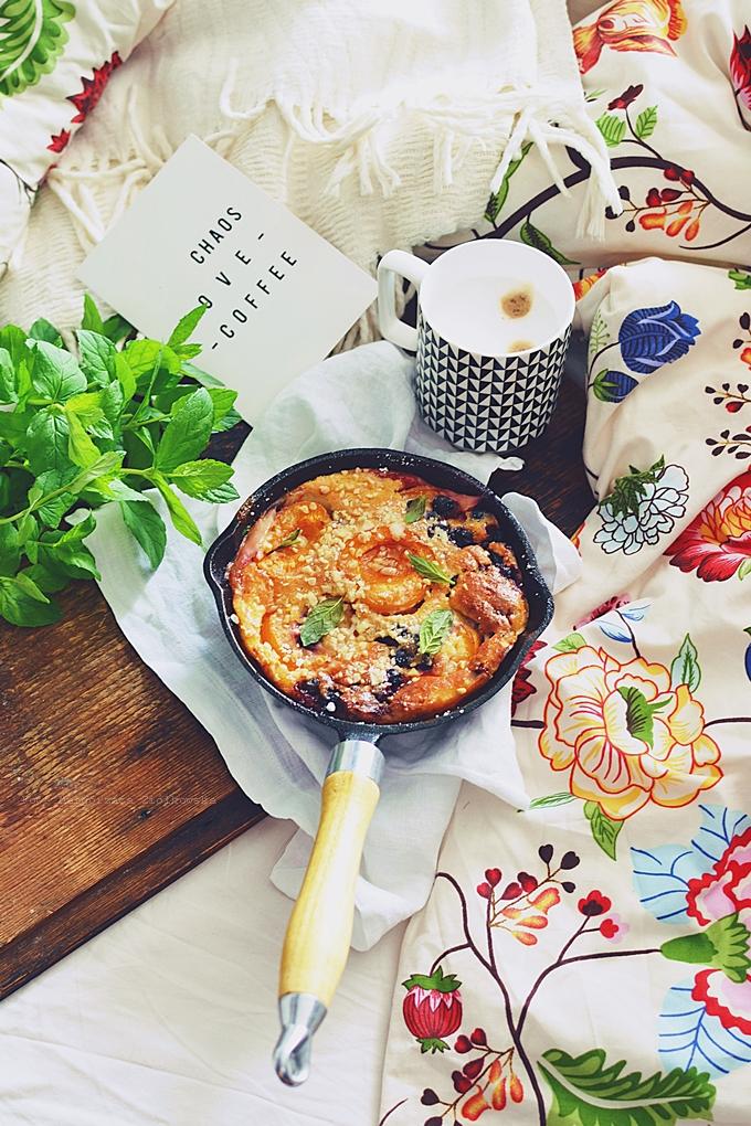 Śniadanie do łóżka i słodki omlet z morelami