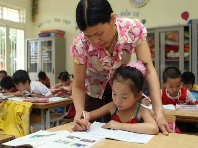 Cô giáo giúp trẻ giải toán