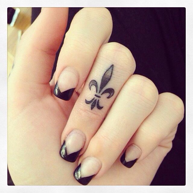 30 Amazing Attractive Finger Tattoo Styles-22