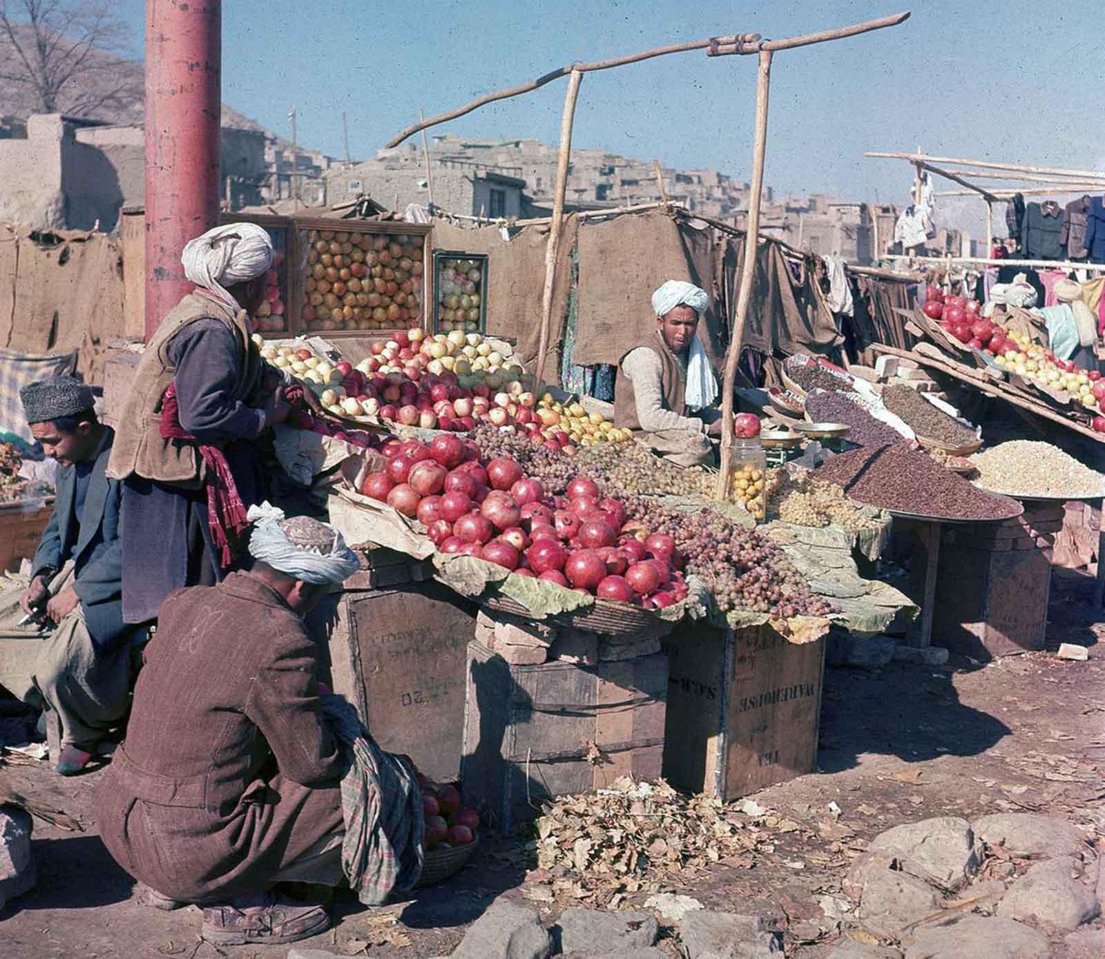 Los vendedores venden diversos fuits y nueces en un mercado al aire libre en Kabul, en noviembre de 1961.