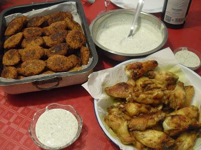 Falafel con salsa y alitas de pollo adobadas con Ras El Hanout.
