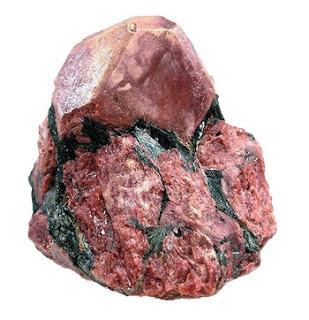La eudialita es un mineral con una formula quimica compleja y con elementos raros