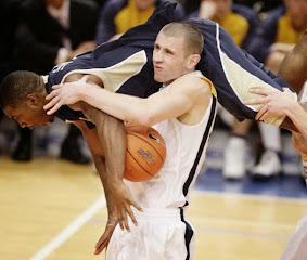 smešna slika: dva košarkaša u duelu