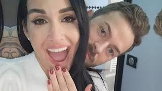 Nikki Bella e Artem Chigvintsev estão noivos