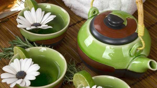 Ромашковый чай обладает сильными успокаивающими свойствами и полезен для тех, кто страдает бессонницей.