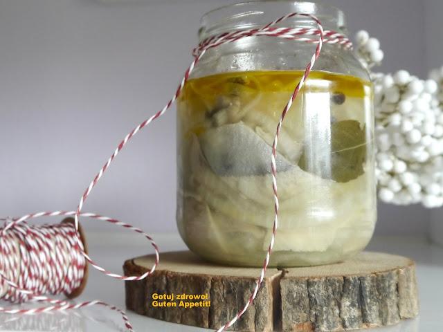 Śledzie marynowane w occie jabłkowym z olejem - Czytaj więcej »