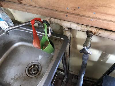 事務所内の水漏れ修理
